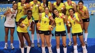 A seleção feminina de vôlei exibe o ouro conquistado contra as cubanas.