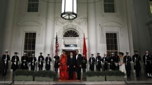 Le président américain, Barack Obama  (D), sa femme et le président chinois, Hu Jintao (C) devant la Maison Blanche, le 19 janvier 2011.
