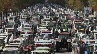 Milhares de agricultores chegaram hoje a Paris.