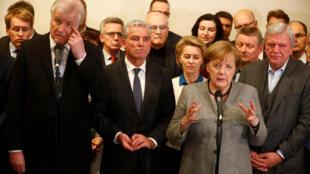 A chanceler alemã, Angela Merkel, junto com membros de seu partido União Democrata Cristã (CDU) durante coletiva comenta reunião sobre a formação de um novo governo de coalizão. Berlim, Alemanha, 20 de novembro de 2017.