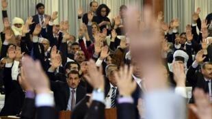Les députés algériens ont massivement voté pour le projet de réforme de la Constitution, le 7 février 2016.
