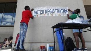 Installation d'un bureau d'inscription sur les listes électorales devant l'hôtel de ville de Dallas, le 19 juin 2020.