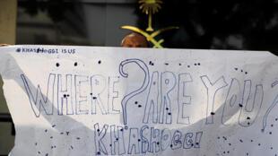 Periodista en Indonesia pregunta sobre el paradero de Kashoggi, el 19 de octubre de 2018 ante el consulado saudita en Jakarta.