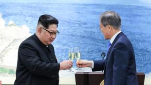 Os líderes norte-coreano Kim Jong-un (esquerda) e sul-coreano Moon Jae-in (direita) comprometeram-se em desnuclearizar a penísula a 27 de Abril de 2018.