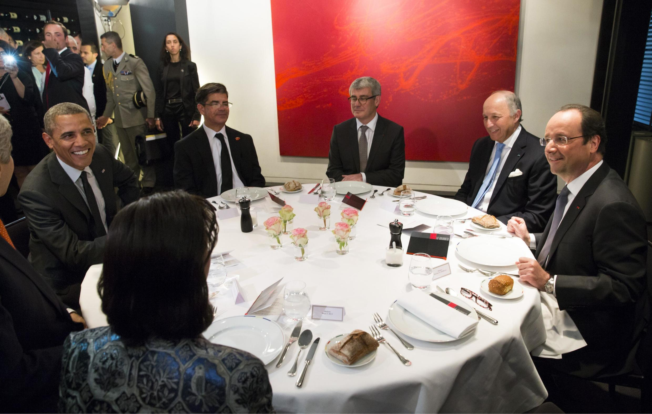 US President Barack Obama (L) dines with French Foreign Minister Laurent Fabius (2nd R) and President Francois Hollande (R) in Paris