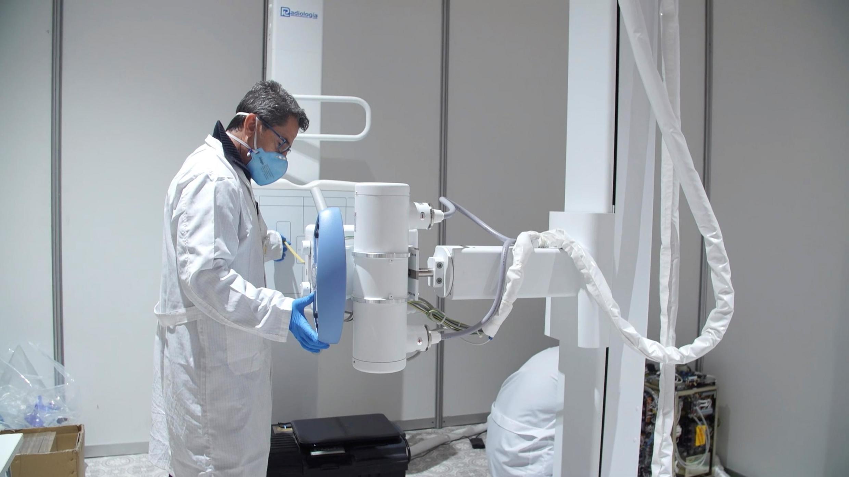 Mise en place d'un équipement médical au nouvel hôpital de campagne pour le traitement des patients atteints de coronavirus dans un centre d'exposition à Madrid, le 26 mars 2020.