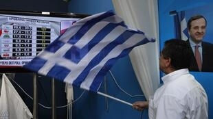 Simpatizante do partido conservador Nova Democracia acompanha apuração neste domingo, 17 de junho, em Atenas.
