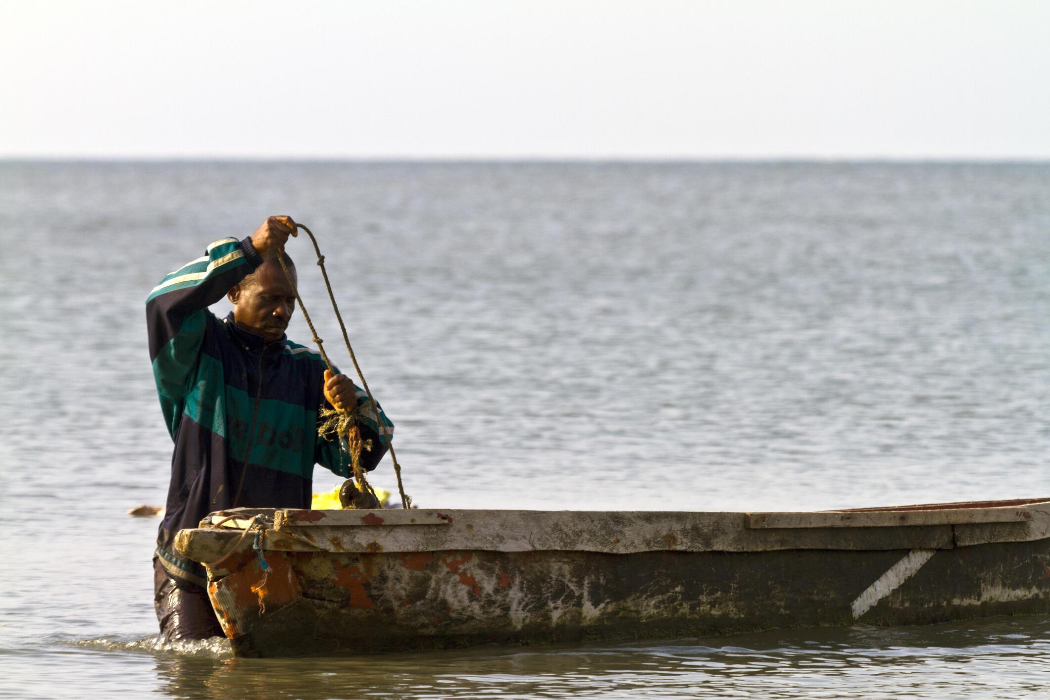 Un pêcheur gabonais prépare son matériel dans l'estuaire de Libreville.