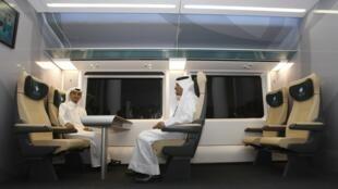 Des Qataris installés dans un compartiment de démonstration, à l'occasion du partenariat entre Qatari Diar et Deutshe Bahn, à Doha, le 22 novembre 2009.
