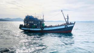 Ils seraient quelque 500 réfugiés rohingyas à errer en mer à bord de deux bateaux (illustration).