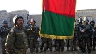 Un soldado afgano habla durante la izada de la bandera en una ceremonia en la ciudad de Marjah, el 14 de febrero.