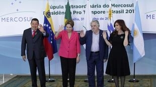 Les présidents du Venezuela (Hugo Chávez, à gauche), du Brésil (Dilma Rousseff), de l'Uruguay (José Mujica) et de l'Argentine (Cristina Fernández de Kirchner ) au sommet du Mercosur, à Brasilia le 31 juillet 2012.