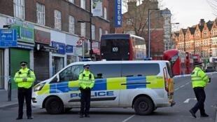 Sur les lieux de l'attaque de Streatham, où deux personnes ont été blessées au couteau avant que l'assaillant ne soit abattu par la police, dimanche 2 février.