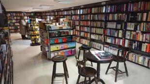 گزارشها از بازار نشر کتاب ایران حاکی از آن است که بدلیل افزایش بیسابقه نرخ کاغذ و بحران شدید اقتصادی، کاهش عناوین کتاب همچنان ادامه خواهد داشت.