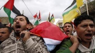 Palestinos llevan el cuerpo de Jawaher Abu Rahmah, quien según fuentes médicas palestinas murió tras ser tratada por la inhalación de gases lacrimógenos lanzados por fuerzas israelíes.