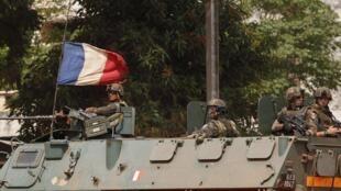 在班基街头巡逻的法军士兵,   2013 12 05.