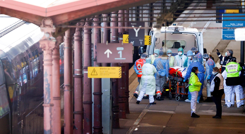 Equipe médica transfere um paciente com a Covid-19 para um TGV que saiu de Estrasburgo, no leste, para levá-los a hospitais de outras regiões da França.