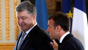Эмманюэль Макрон и Петр Порошенко в Елисейском дворце во время визита украинского президента в Париж, 26 июня 2017
