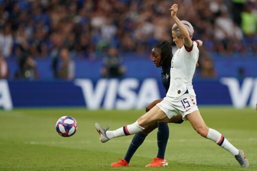 L'attaquante des USA Megan Rapinoe (d) buteuse lors du quart de finale du Mondial face à la France le 28 juin 2019 au Parc des Princes