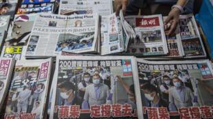 El diario prodemocracia Apple Daily con el arresto la víspera de su dueño, el magnate Jimmy Lai, en la portada del 11 de agosto de 2020, en un kiosco de Hong Kong