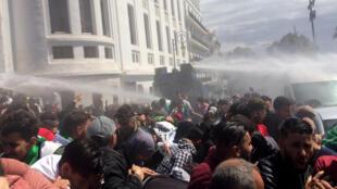 Cảnh sát dùng vòi rồng phun nước giải tán cuộc biểu tình của người dân Algéri trước trụ sở Nghị Viện, Alger, ngày 09/04/2019