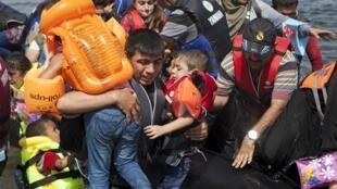 Refugiados sírios chegam em embarcações improvisadas à ilha grega de Lesbos.