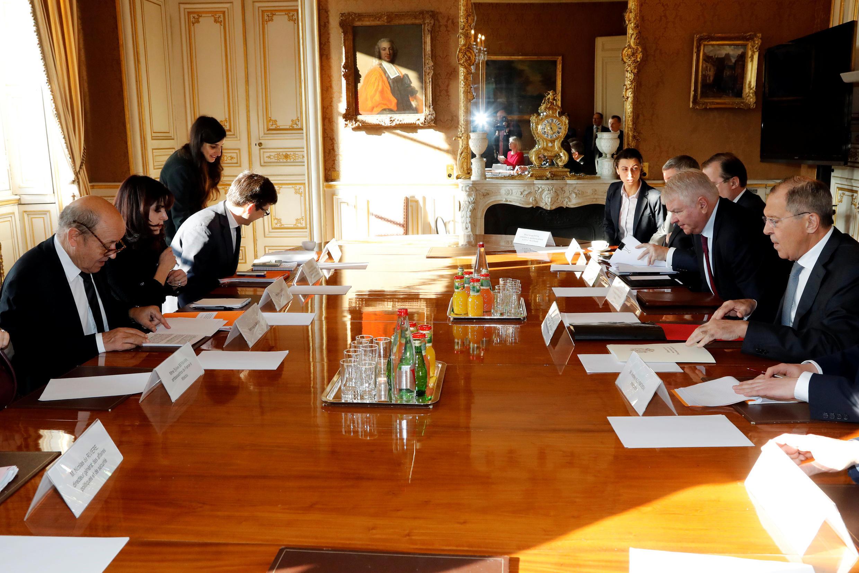 Перед началом переговоров между Сергеем Лавровым и Жан-Ивом Ле Дрианом в здании МИД Франции, Париж, 27 ноября 2018.