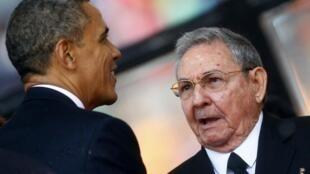 Os presidentes Barack Obama e Raúl Castro, em 2013, na África do Sul, no enterro de Nelson Mandela..