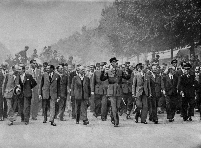 De Gaulle, rodeado entre otros por el general Leclerc y el presidente del Consejo Nacional de Resistencia Georges Bidault, desfila por los Campos Elíseos, el 26 de agosto de 1944.