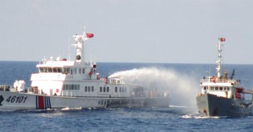 Tàu Trung Quốc (T) dùng vòi rồng phun nước tấn công tàu Việt Nam tại Biển Đông