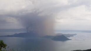 Vista do vulcão Taal em 12 d janeiro de 2020.