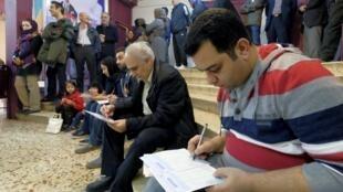 Le vote a été prolongé en Iran où les électeurs affluaient pour élire les membres du Parlement et de l'Assemblée des experts, le 26 février 2016.