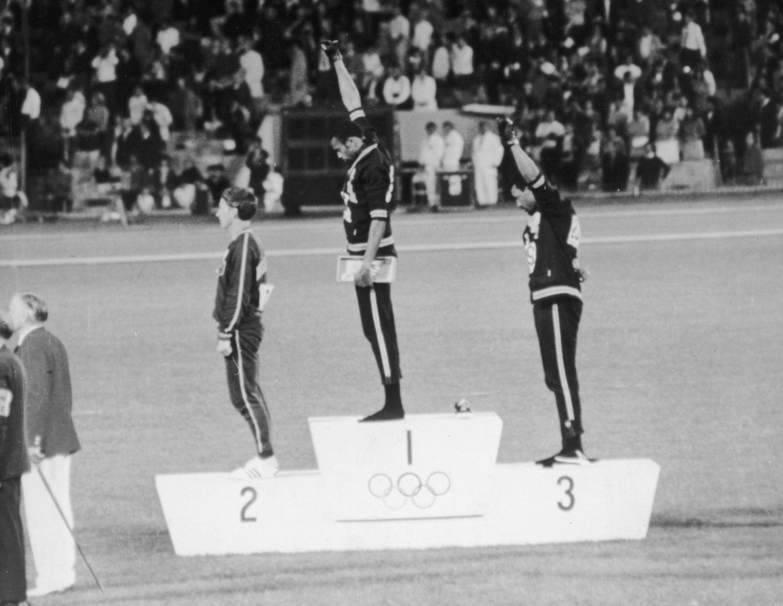 Le podium du 200 mètres des JO de Mexico: Tommie Smith (c), Peter Norman (g) et John Carlos (d).