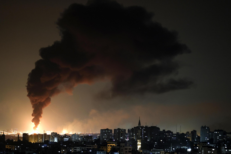 Una columna de humo se eleva desde una instalación petrolera en la ciudad de Ashkelon, en el sur de Israel, el 11 de mayo de 2021, después de que el movimiento palestino Hamas disparara cohetes desde la Franja de Gaza hacia Israel