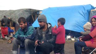 """Familias originarias de Siria o Irak encontraron refugio en la """"jungla"""" de Calais. Alí vive con su mujer, sus tres hijos y su hermano."""