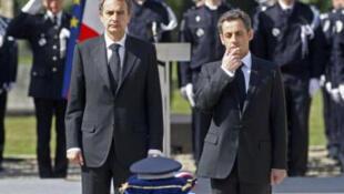 O presidente Nicolas Sarkozy e o primeiro-ministro espanhol José Luiz Zapatero durante funeral do policial francês morto pelo ETA.