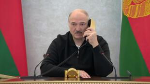 Le président biélorusse Alexandre Loukachenko au téléphone depuis le Palais de l'Indépendance de Minsk, le 23 août 2020.
