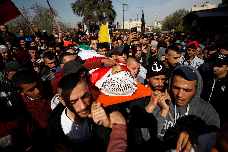 图为巴勒斯坦人2018年2月4日在加沙走廊西部杰宁为死去青年奥贝德举行葬礼