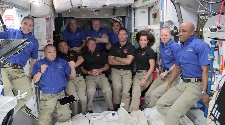 Ceremonia de bienvenida a los cuatro nuevos astronautas (en camiseta oscura) al llegar a bordo de la Estación Espacial Internacional (ISS), después de haber amarrado la cápsula Crew Dragon de SpaceX, 24 de abril,  2021.
