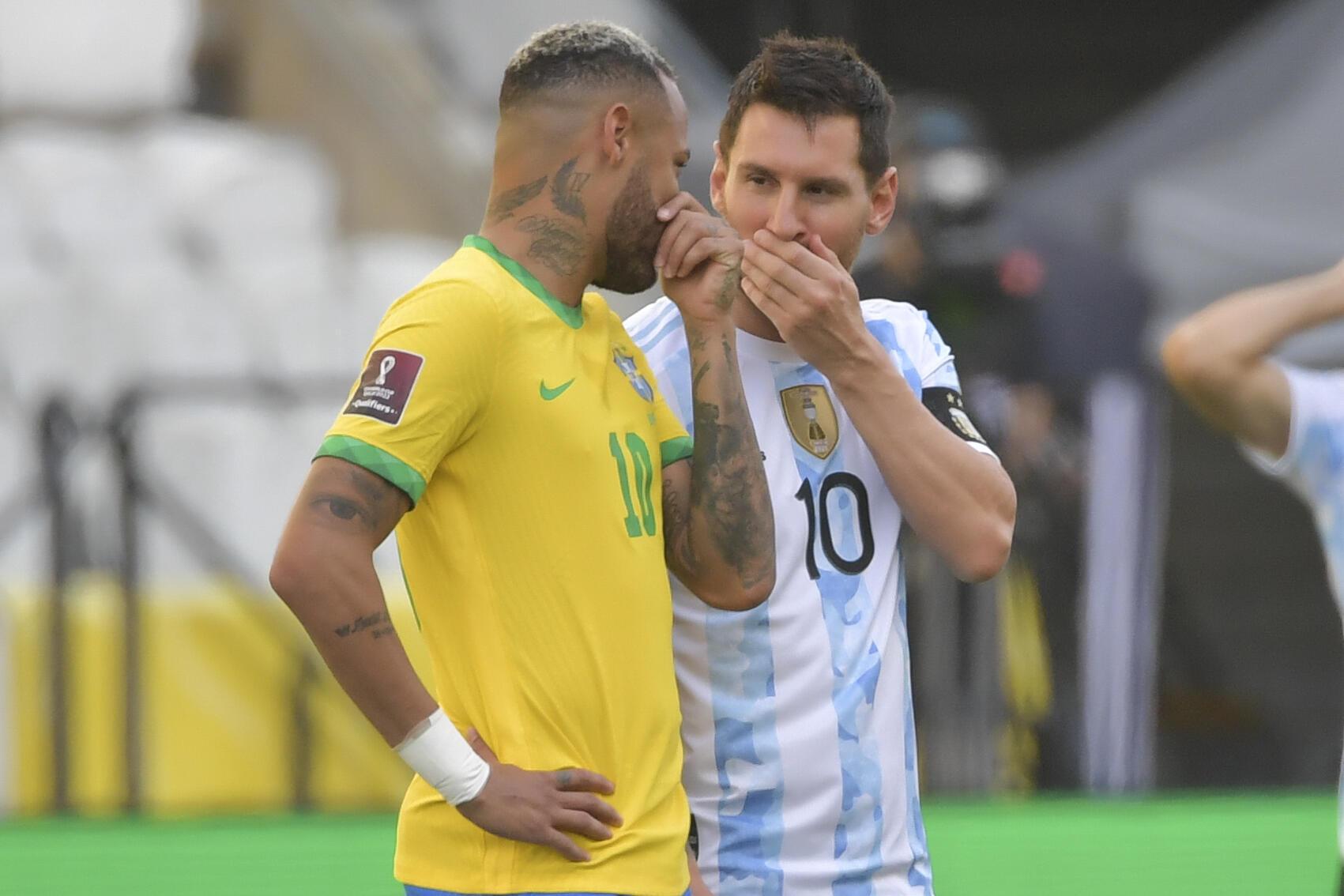 Les star du Brésil Neymar Jr et de l'Argentine échangent des confidences avant le coup d'envoi de leur match à Sao Paulo, le 5 septembre 2021