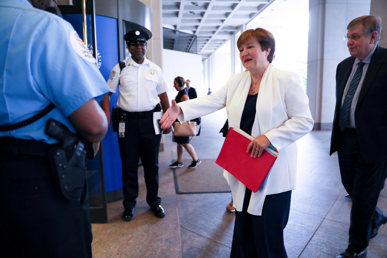 La directrice générale du FMI Kristalina Georgieva, salue les agents de sécurité à son arrivée pour sa première journée à son nouveau poste au siège du FMI à Washington, le 1er octobre 2019.