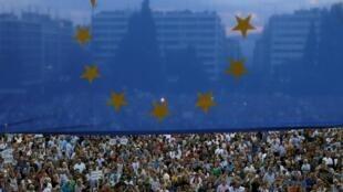 Protesto diante do parlamento Grego pede acordo com credores e permanência do país na zona do euro.