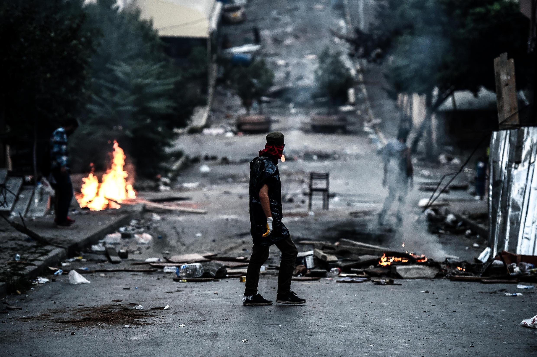 El barrio de Gazi, en Estambul, es el teatro de violentas manifestacione. Un policía falleció el domingo 26 de julio mientras que Ankara bombardeaba posiciones del  PKK.