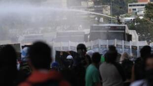 Cảnh giải tán biểu tình bằng vòi rồng tại thủ đô  Caracas, ngày 28/02/2014.