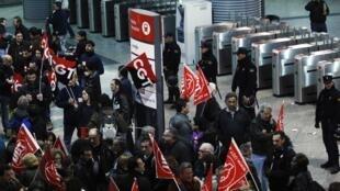Grevistas realizam protestos em Madri nesta quinta-feira.