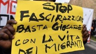 «Stop au fascisme et au racisme, arrêtez de jouer avec la vie des migrants» peut-on lire sur la pancarte lors d'une manifestation anti-raciste en février 2018, à Macerata en Italie.