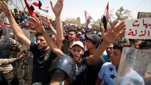 تظاهرکنندگان بصره در مقابل ساختمان استانداری