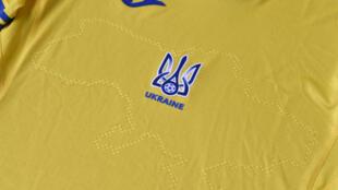 Una foto tomada el 6 de junio de 2021 muestra una camiseta de la EURO 2020 de la selección de fútbol de Ucrania, cuya federación  provocó la ira de Moscú al divulgar  los locales y símbolos de la Eurocopa 2020, que incluyen la Crimea anexada por Rusia y lemas nacionalistas.