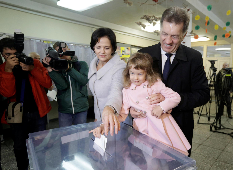 Премьер-министр Литвы Альгирдас Буткявичус голосует в Вильнюсе 9 октября 2016