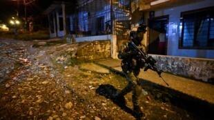 Un soldado patrulla una localidad de Colombia el 10 de febrero de 2021